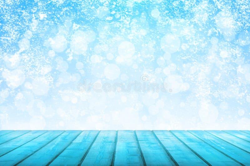 Vue sur les planches en bois d'une turquoise sur un fond des chutes de neige photos libres de droits