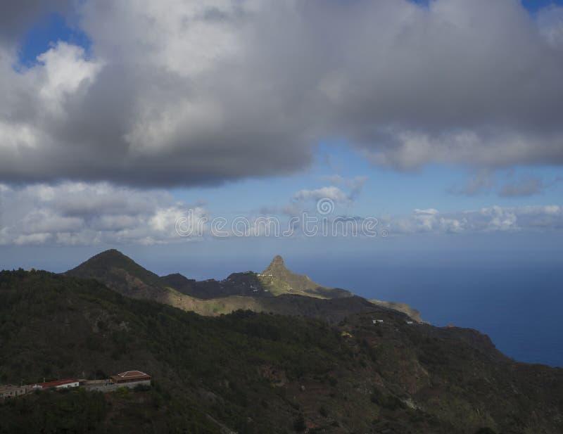 Vue sur Monte Taborno avec les collines vertes et le whi dramatique de ciel bleu photos libres de droits