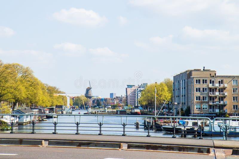 Vue sur Nieuwe Vaart et moulin à vent le Gooyer, Amsterdam image stock