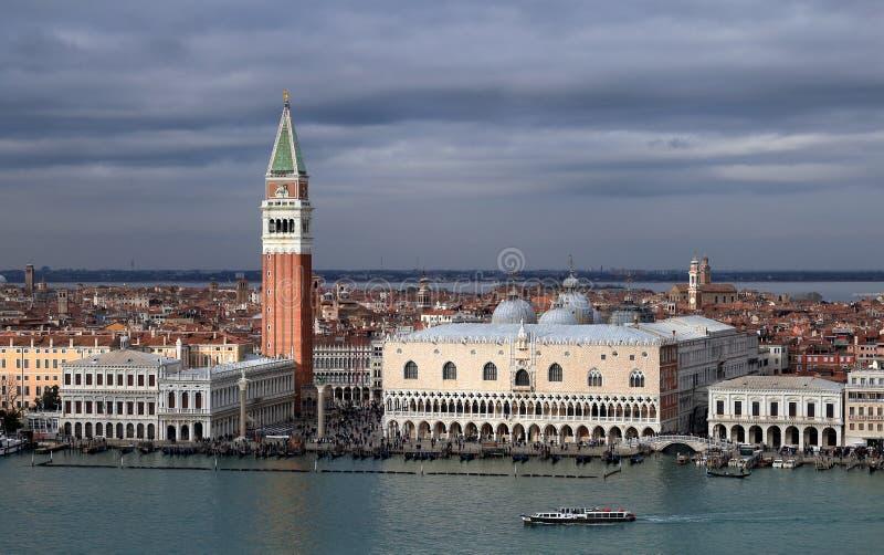Vue sur Palazzo Ducale et San Marco Campanile du haut du belltower de San Giorgio Magg image stock