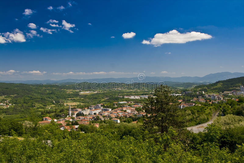 Vue sur Pazin et la vallée photographie stock libre de droits