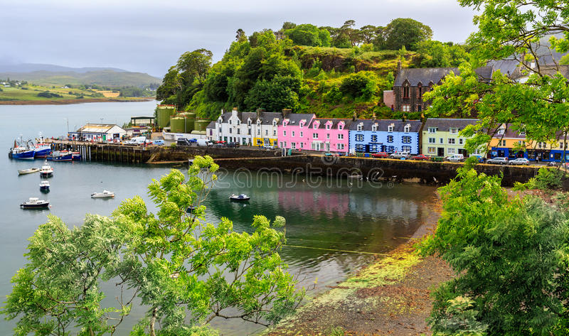 Vue sur Portree dans un jour pluvieux, île de Skye, Ecosse, R-U photographie stock libre de droits