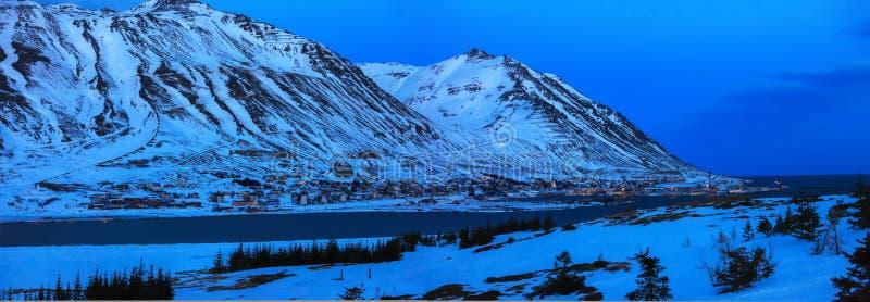 Vue sur Siglufjordur au crépuscule en hiver, Islande Siglufjordur est situé dans le beau fjord du même nom, et haute et DR photos libres de droits