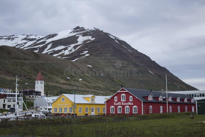 Vue sur Siglufjordur en Islande photographie stock