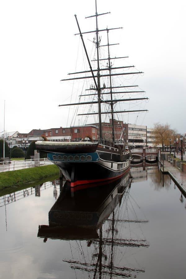 Vue sur un bateau de marin et sa réflexion au canal dans le papenburg Allemagne photos stock