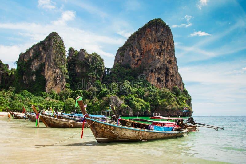 Vue sur un littoral avec des bateaux de longue queue sur la plage de Railay images libres de droits