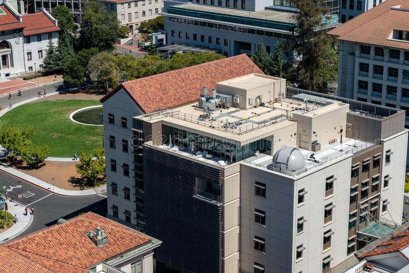 Vue sur un toit avec l'observatoire de tout en haut de image libre de droits
