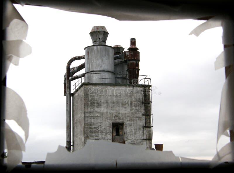 Vue sur une vieille construction d'industrie par un hublot photos libres de droits