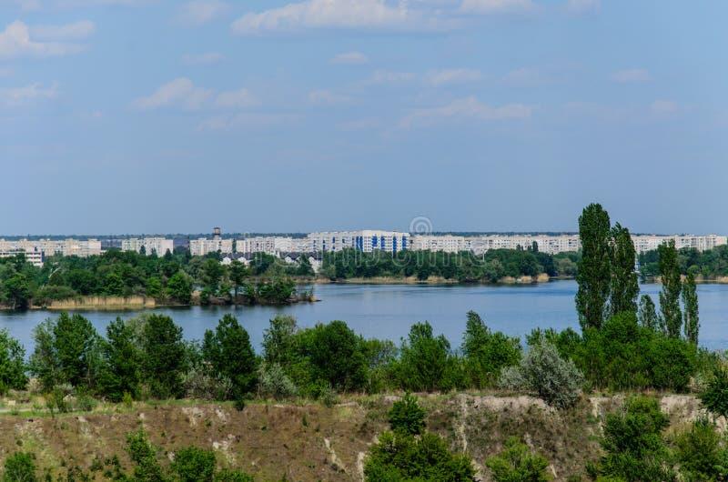 Vue sur une ville Komsomolsk et la rivière Dnieper photographie stock