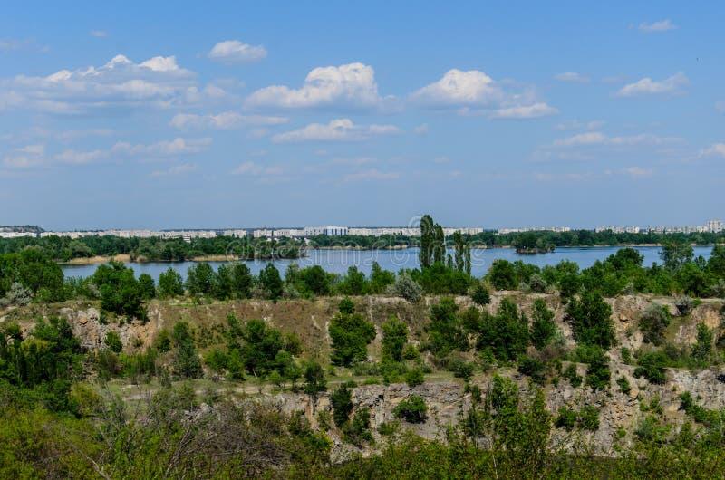 Vue sur une ville Komsomolsk et la rivi?re Dnieper images libres de droits