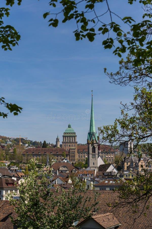 Vue sur Zurich, université de Zurich, église de Fraumunster, s bleu photo libre de droits