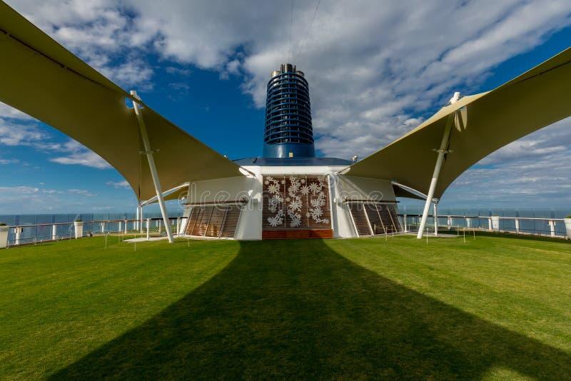 Vue symétrique de la pelouse verte à bord de la croisière d'éclipse de célébrité photo libre de droits