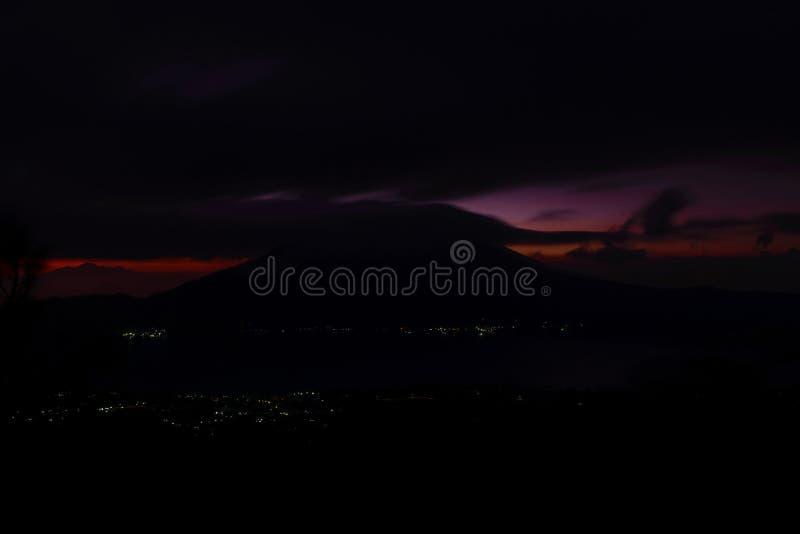 Vue tôt de lever de soleil de volcan de Gunung Batur dans Bali avec le visibl image stock