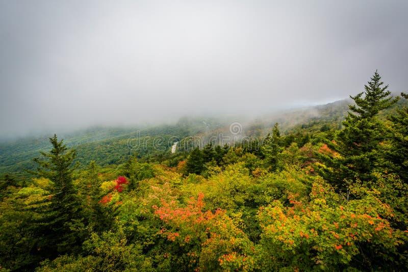 Vue tôt d'automne de roche noire, à la montagne première génération, Nort photo libre de droits