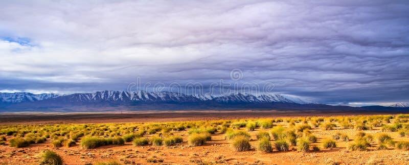 Vue ?tonnante de nature du d?sert en pierre avec des cr?tes de montagnes et de beaux nuages Emplacement : Le Maroc, Afrique Photo images libres de droits
