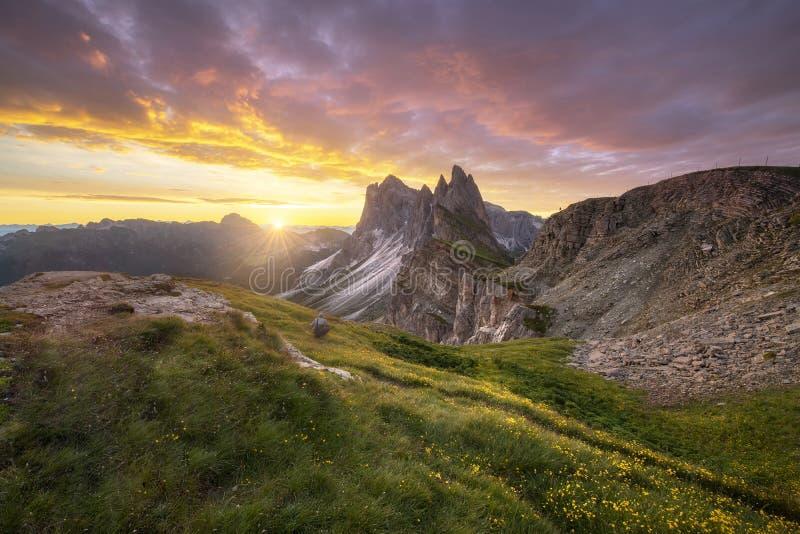 Vue ?tonnante de paysages de montagne verte avec le ciel d'or le matin de lever de soleil des dolomites, Italie photographie stock libre de droits