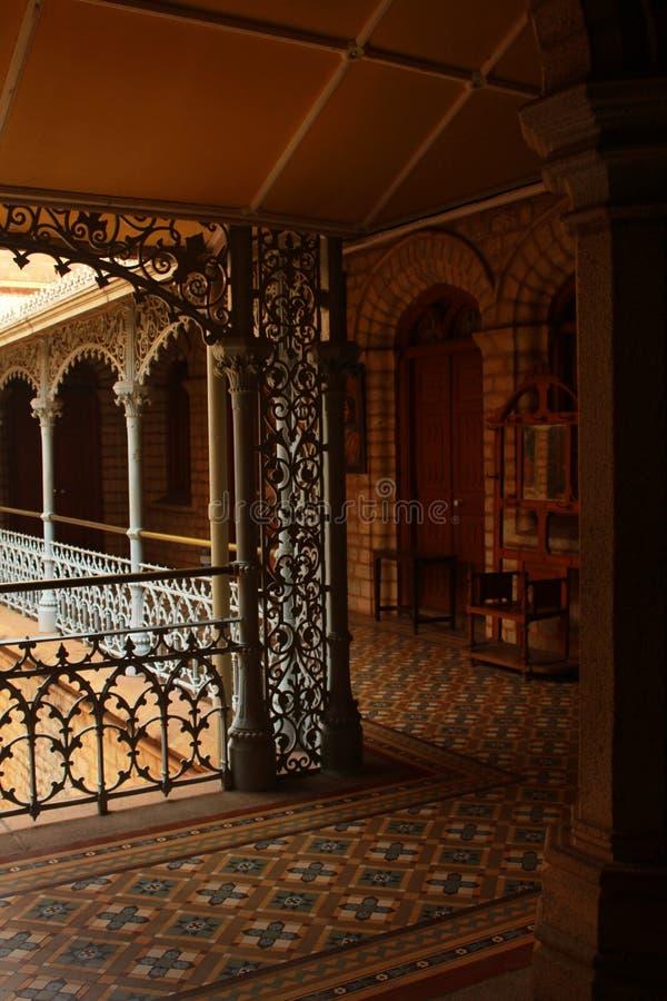 Vue très gentille de cour avec le beau plancher dans le palais de Bangalore images libres de droits