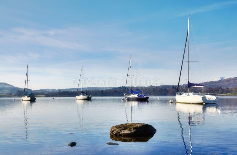 Vue de lac Windermere avec quatre bateaux photo stock