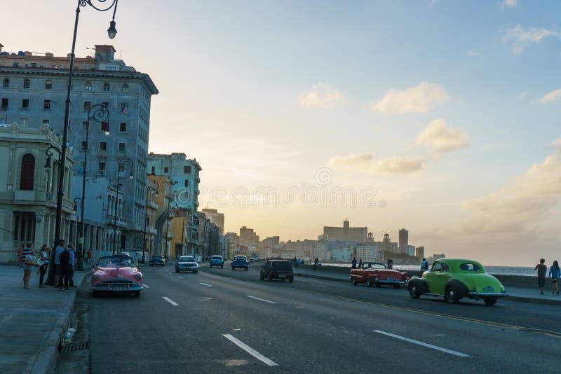 Vue typique de Malecon dans le coucher du soleil avec des bâtiments de La Havane de La au fond photo stock