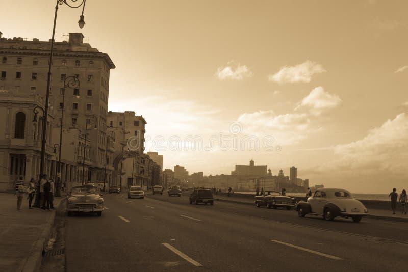 Vue typique de Malecon dans le coucher du soleil avec des bâtiments de La Havane de La au fond images stock