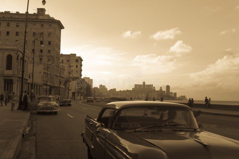 Vue typique de Malecon dans le coucher du soleil avec des bâtiments de La Havane de La au fond images libres de droits