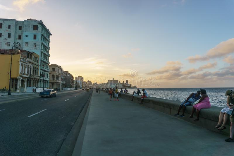 Vue typique de Malecon dans le coucher du soleil avec des bâtiments de La Havane de La au fond, Cuba image stock