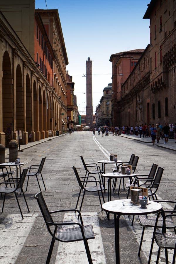 Vue typique de rue italienne avec des tables en dehors d'une barre de Caffé Bologna, Italie images stock