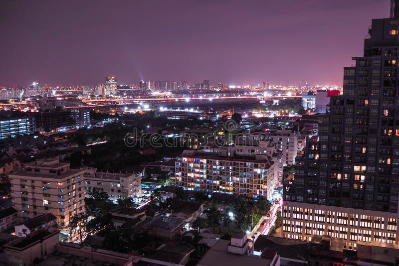 Vue urbaine à la nuit photographie stock