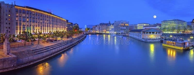 Vue urbaine avec la fontaine et le Rhône célèbres photographie stock libre de droits