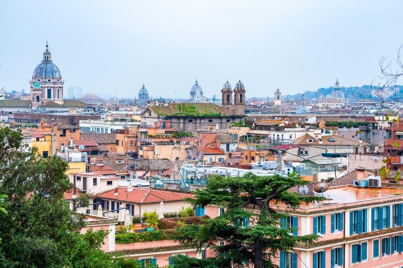 Vue urbaine d'horizon de paysage urbain de Rome d'en haut avec un bon nombre d'histoire, d'arts, d'architecture et d'attractions photographie stock