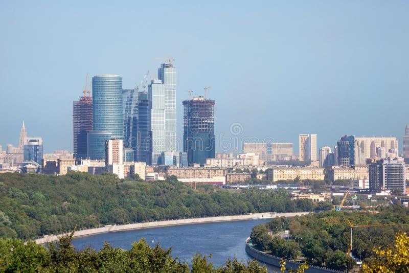 Vue urbaine de ville de Moscou. Fleuve de Moscou sur le plan proche image libre de droits