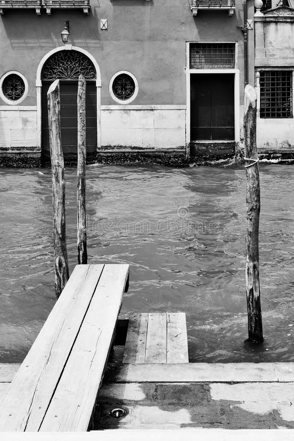 Vue vénitienne avec le canal et la petite jetée photo libre de droits