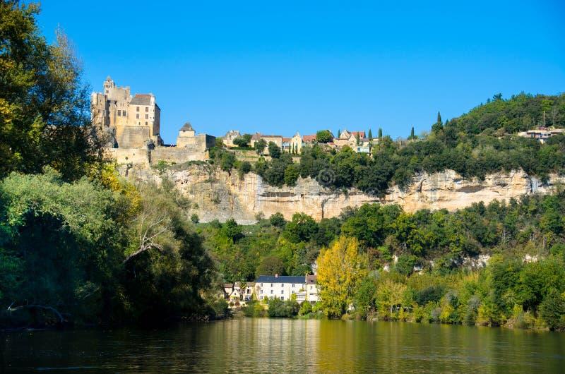 Vue vers la rivière de Dordogne à la La Roque Gageac de village de tis photos libres de droits