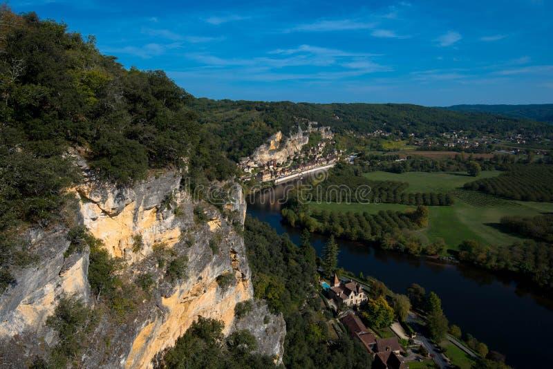 Vue vers la rivière de Dordogne à la La Roque Gageac de village de tis image stock