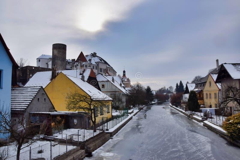 Vue vers la rivière de Nezarka en hiver images libres de droits