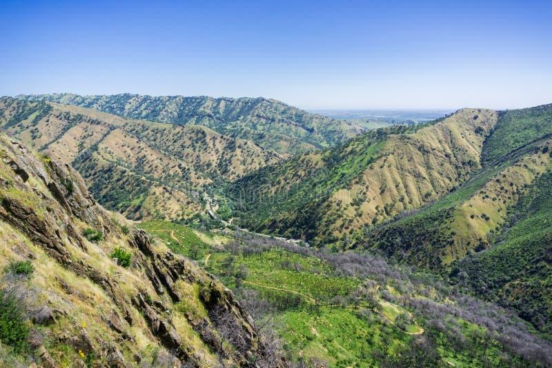 Vue vers la route et le sentier de randonnée, canyon froid de Stebbins, Napa Valley, la Californie photographie stock