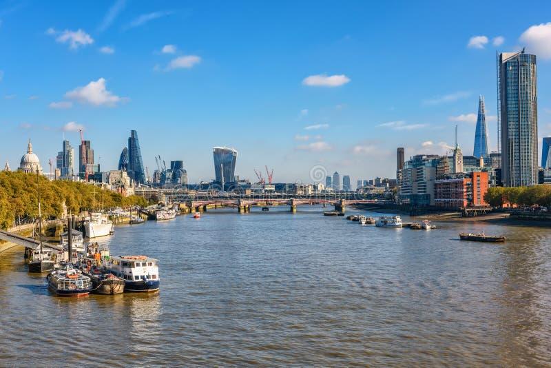 Vue vers la Tamise du pont de Waterloo photos stock