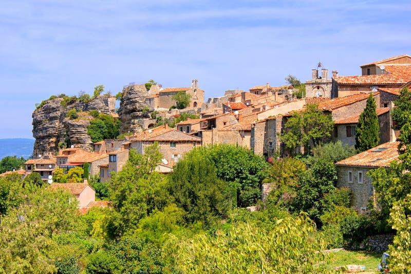 Vue vers la vieille ville de colline de Saignon, Provence, France image libre de droits