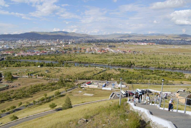 Vue vers la ville d'Ulaanbaatar et la rivière de Tuul de la colline de Tolgoi dans Ulaanbaatar, Mongolie photos libres de droits
