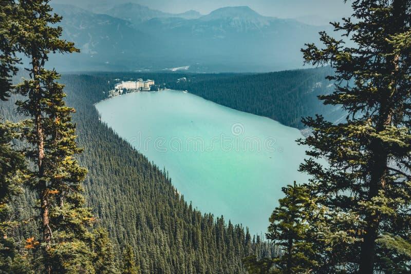 Vue vers Lake Louise de montagne de ruche en parc national de Banff images libres de droits