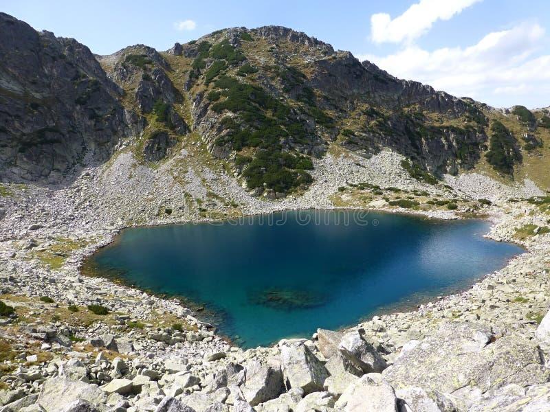 Vue vers le beau lac sous Musala en montagnes de Rila photographie stock