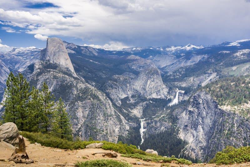 Vue vers le demi dôme et les cascades de traînée de brume, parc national de Yosemite, la Californie photos libres de droits