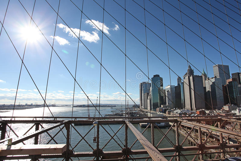 Vue vers Manhattan de pont de Brooklyn à New York, Etats-Unis photo stock
