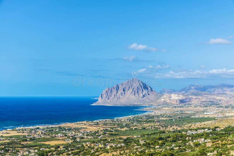 Vue vers Monte Cofano dans Erice, Sicile, Italie photo stock