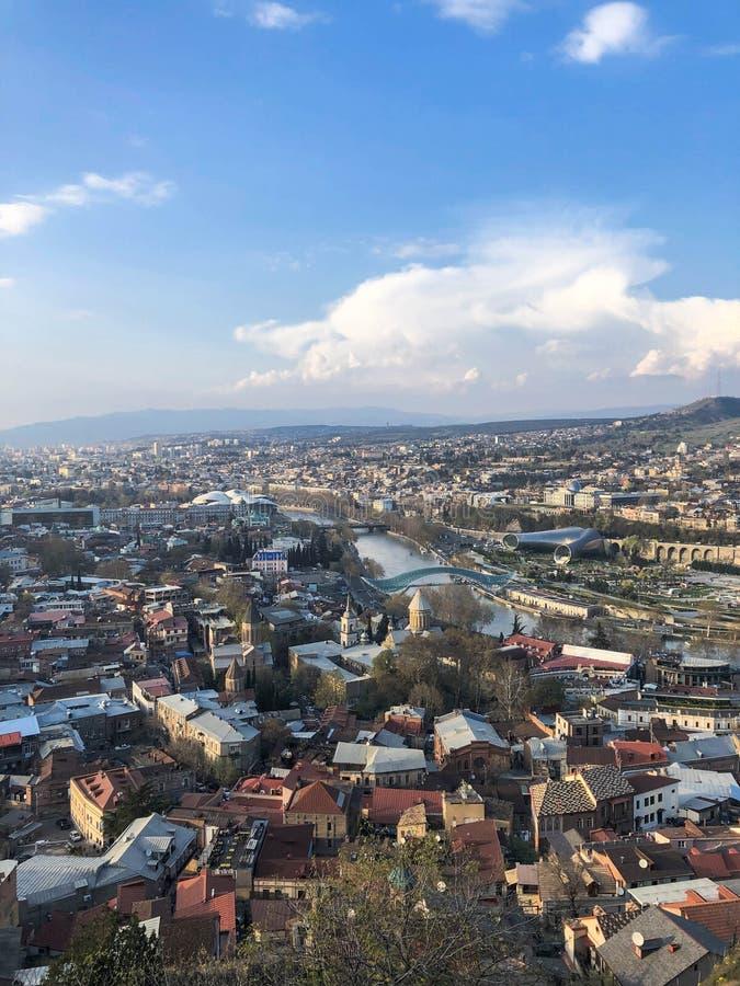 Vue verticale ? partir du dessus d'une taille d'une belle ville de touristes avec des b?timents et des maisons, des toits des arb photos libres de droits
