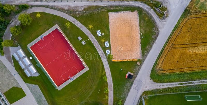 Vue verticale aérienne d'une cour de basket-ball et de beachvolleyball images stock