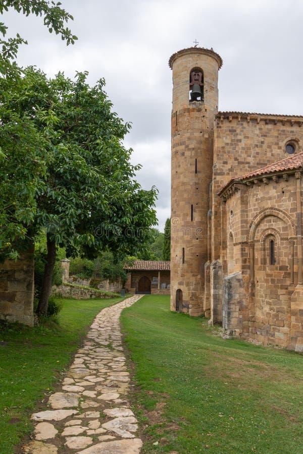 Vue verticale avec le chemin de l'église collégiale de San Martin de Elines du 12ème siècle photos stock