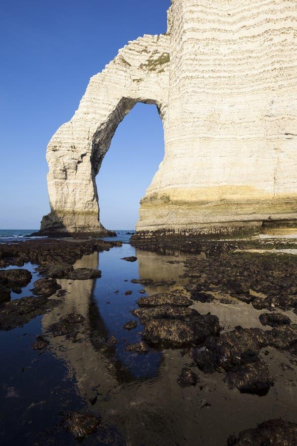 Vue verticale de falaise d'Etretat Aval images stock