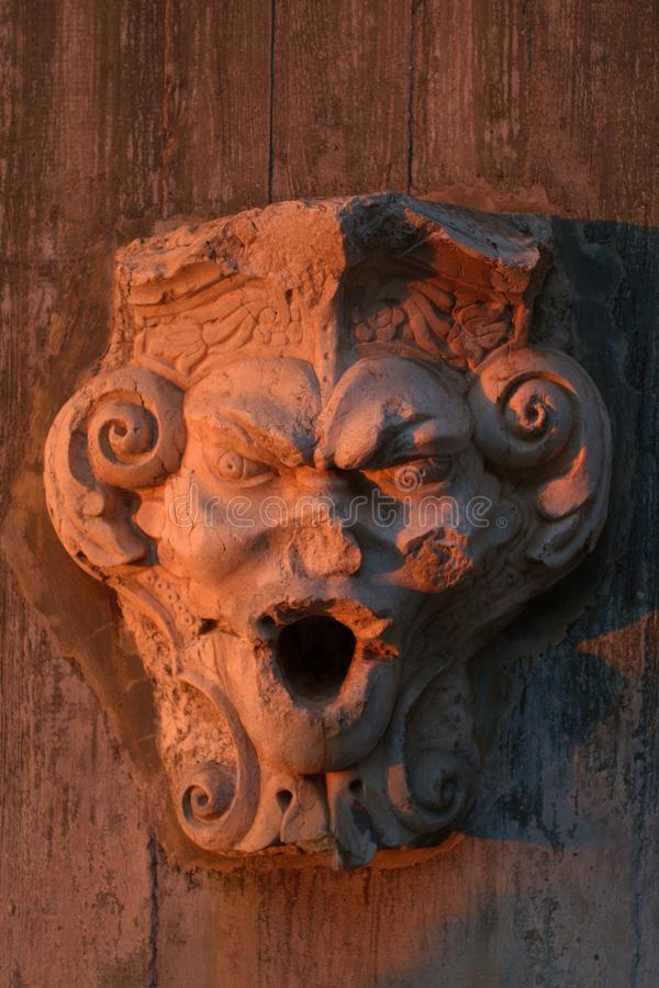 Vue verticale de visage sculpté de gargouille dans le sao Jorge Castle photographie stock libre de droits