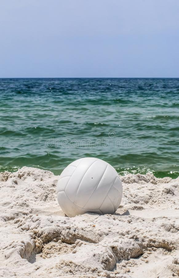 Vue verticale de volleyball sur la plage photo stock